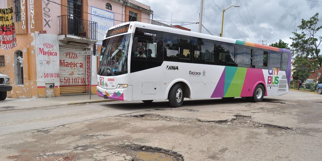 Baches, invasiones de carril y bloqueo en el día 1 del CityBus | El Imparcial de Oaxaca