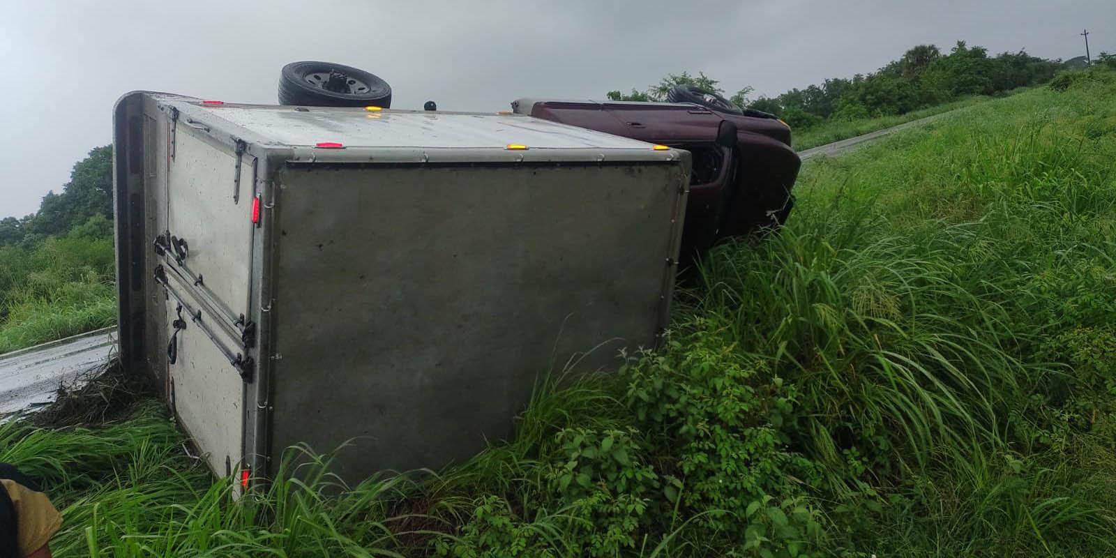 Vuelca camión de caja seca   El Imparcial de Oaxaca