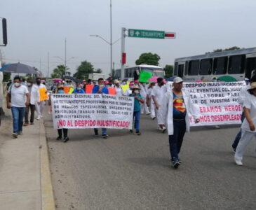 Bloquean ex trabajadores de salud la calle Pino Suárez