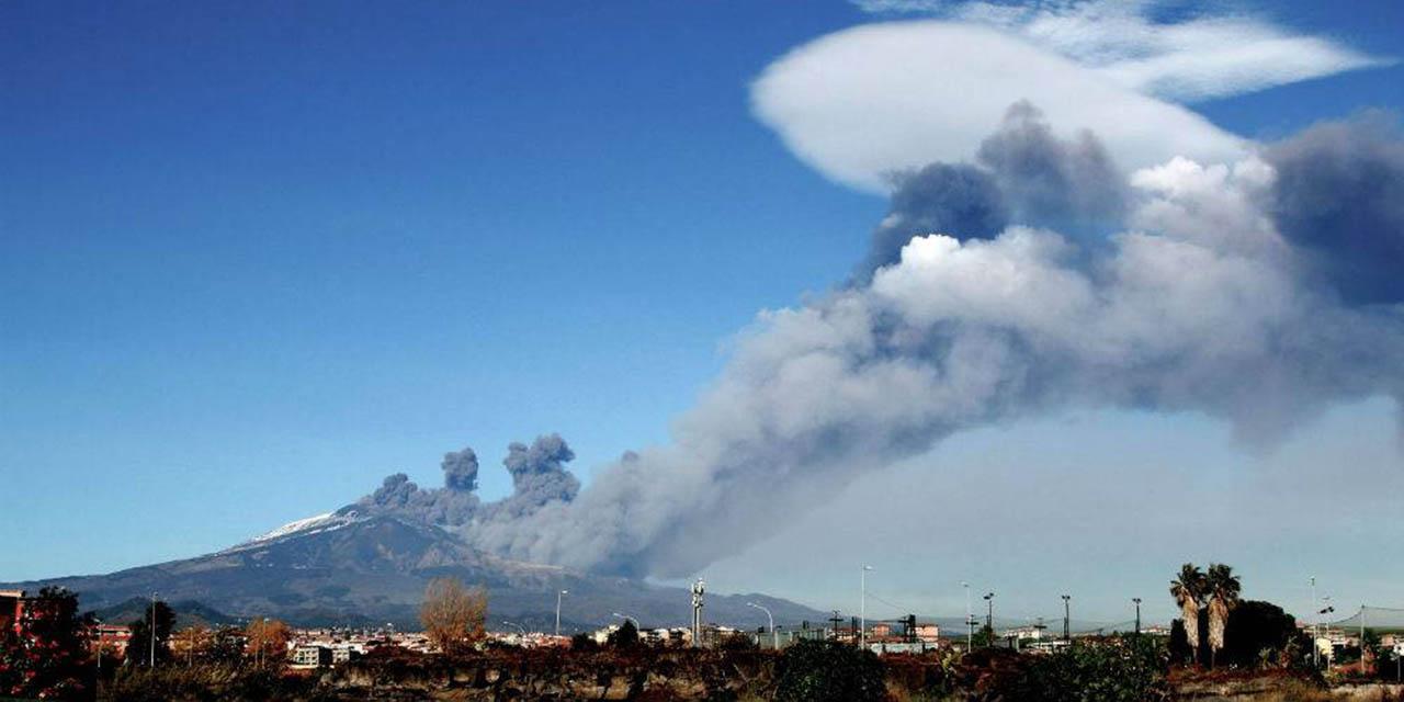 Ahora en Italia: volcán entra en erupción con emisión de cenizas y lava | El Imparcial de Oaxaca