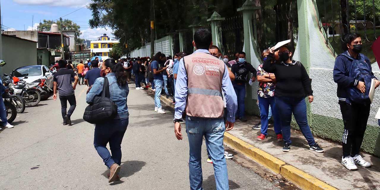 Caos y desorganización en jornada de vacunación en Zona Militar de Ixcotel | El Imparcial de Oaxaca