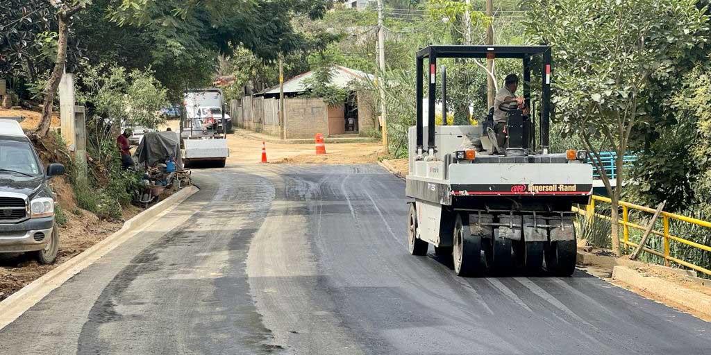 Munícipe de Oaxaca pavimenta baches rumbo a su domicilio | El Imparcial de Oaxaca