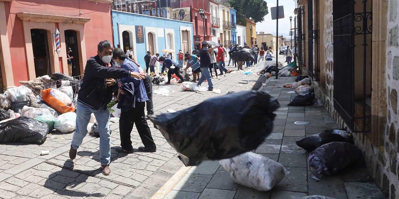 Mercaderes vierten basura en palacio municipal de Oaxaca como protesta   El Imparcial de Oaxaca