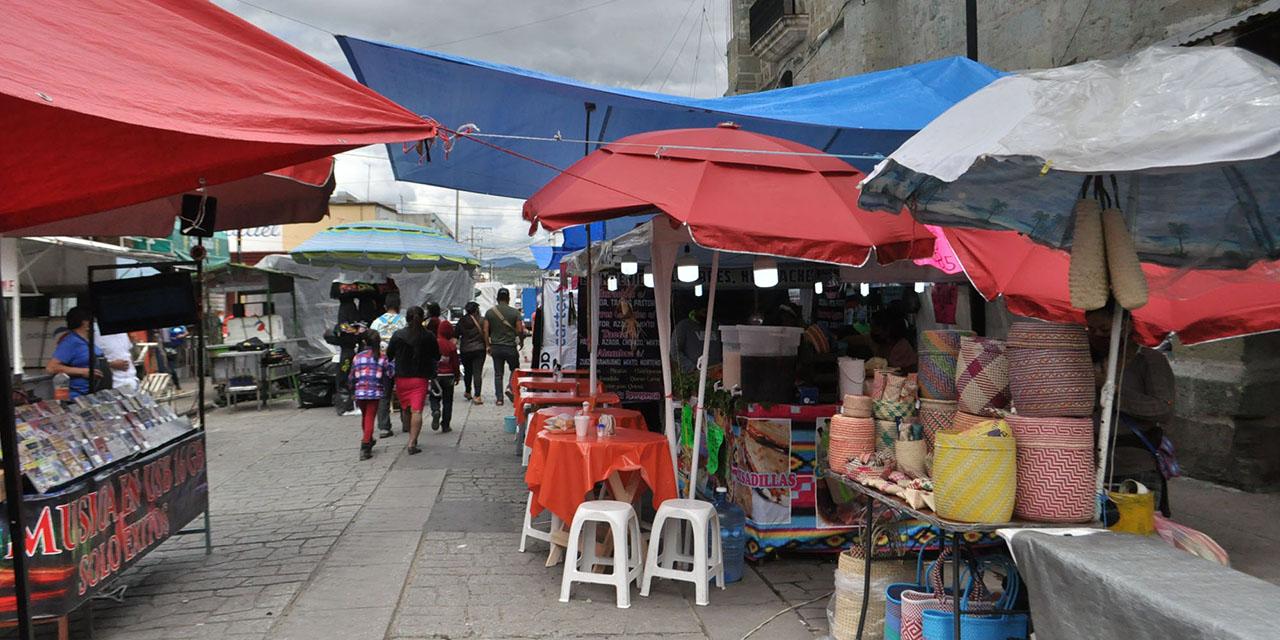 Crece contaminación visual  y bloqueo de banquetas   El Imparcial de Oaxaca