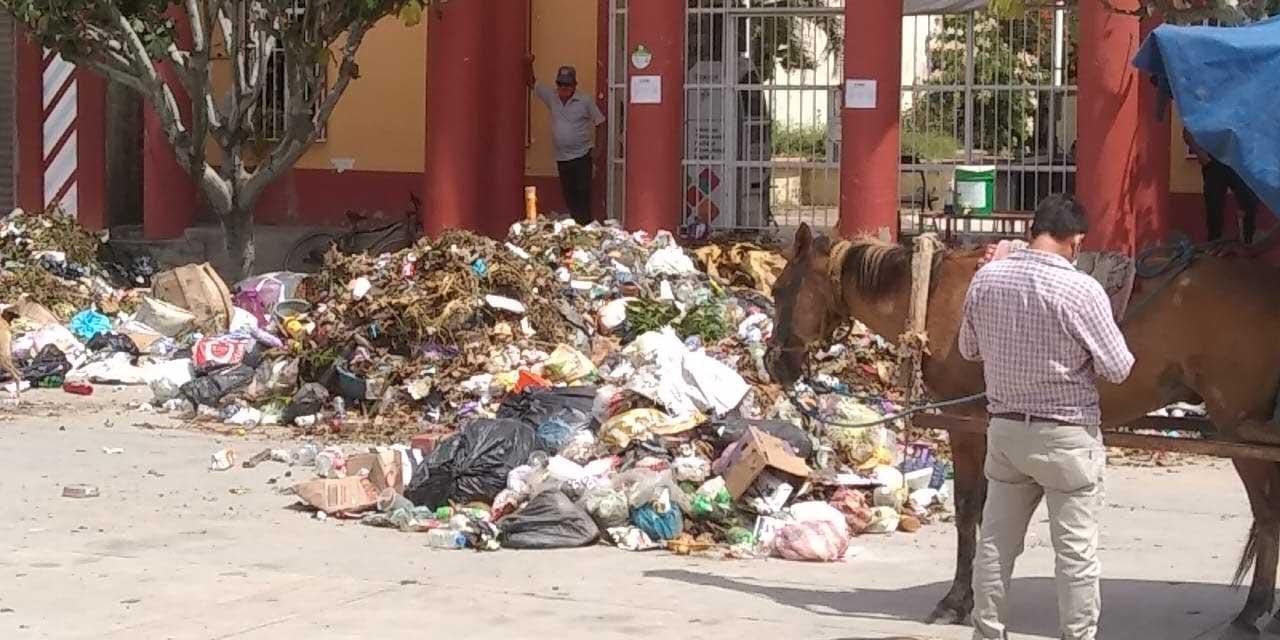 Recolectores de basura arrojan desechos frente al municipio en Unión Hidalgo   El Imparcial de Oaxaca