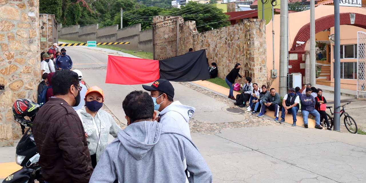 Colocan simbólicamente bandera de huelga en hotel | El Imparcial de Oaxaca