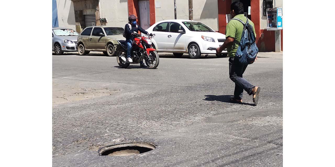 A dos cuadras del Palacio de Gobierno, roban tapa de drenaje | El Imparcial de Oaxaca