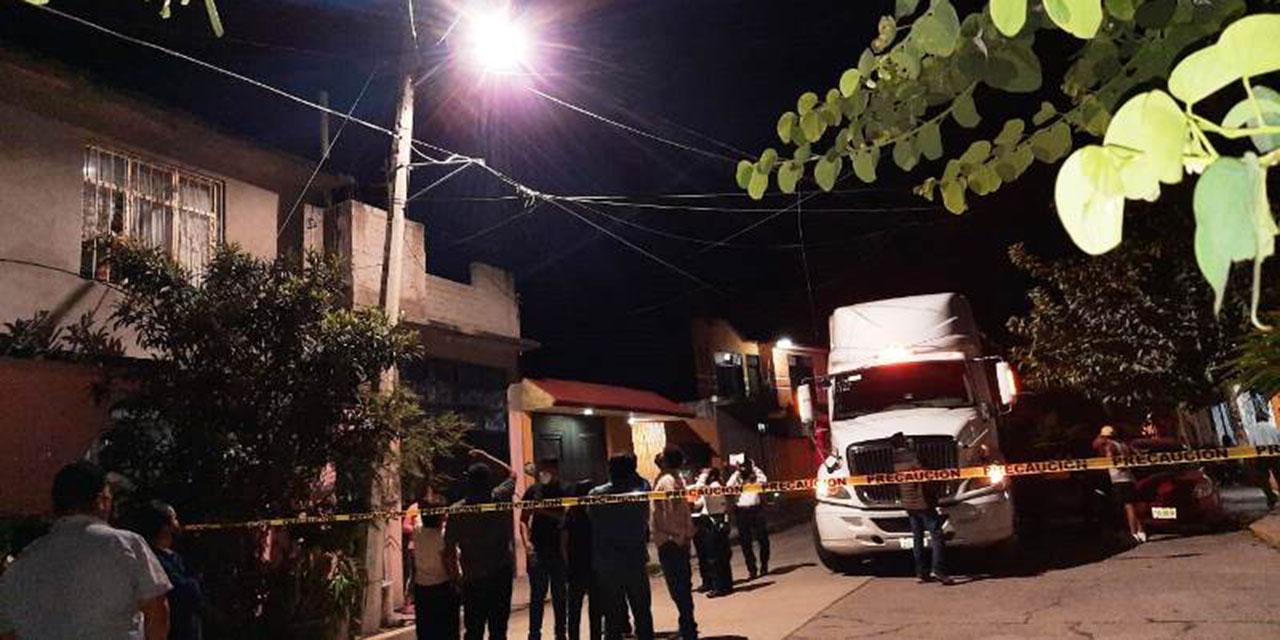 Camión destruye un poste de electricidad, telefonía y cable en Huajuapan | El Imparcial de Oaxaca