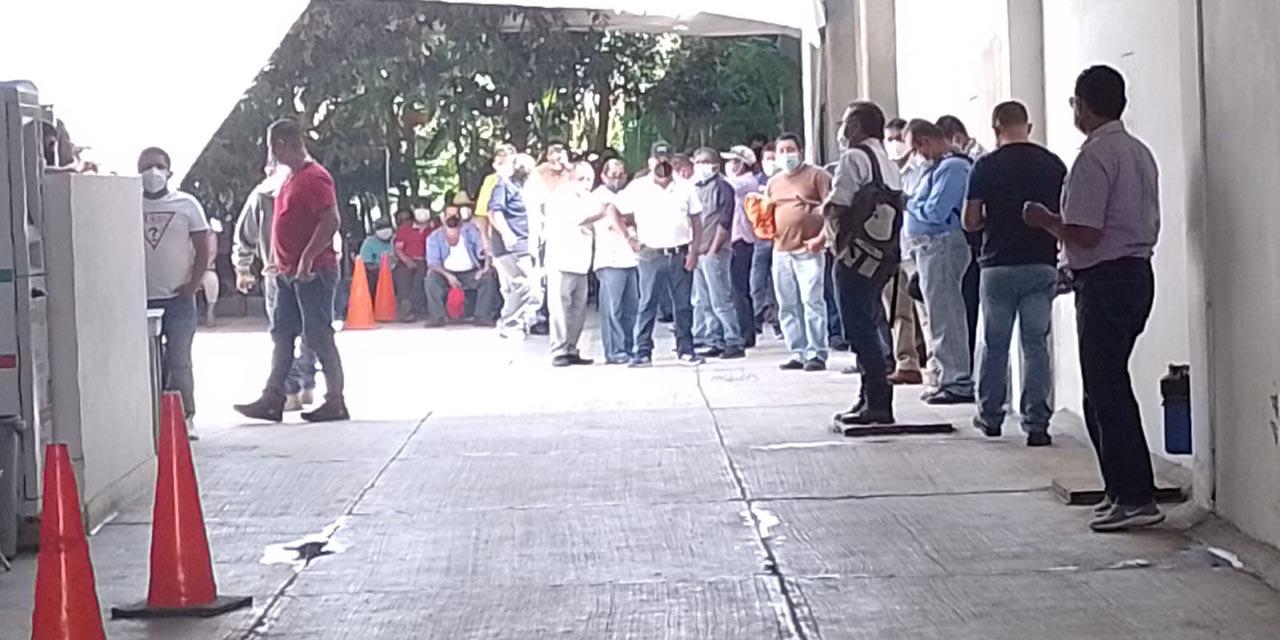 Taxistas esparcen polvo químico en las oficinas de SEMOVI | El Imparcial de Oaxaca