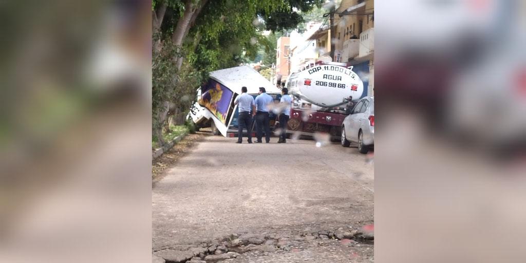 Camioneta de frituras choca con rama de árbol y se parte a la mitad   El Imparcial de Oaxaca