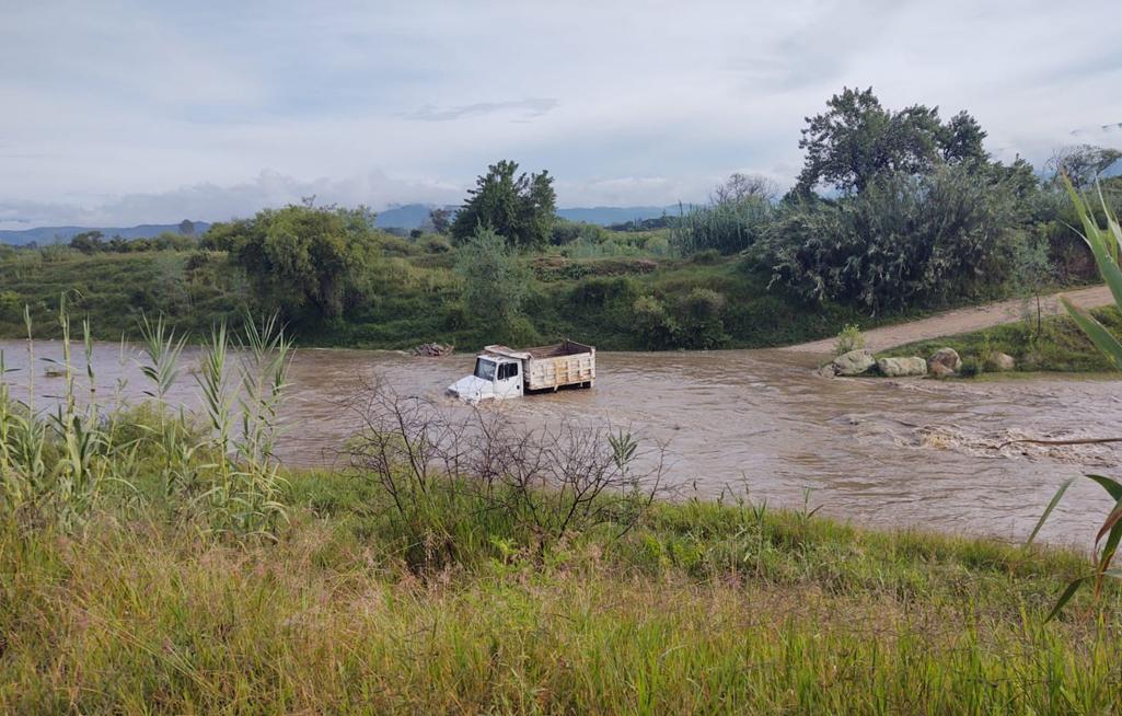 Camión queda varado en el río Atoyac en Magdalena, Etla | El Imparcial de Oaxaca