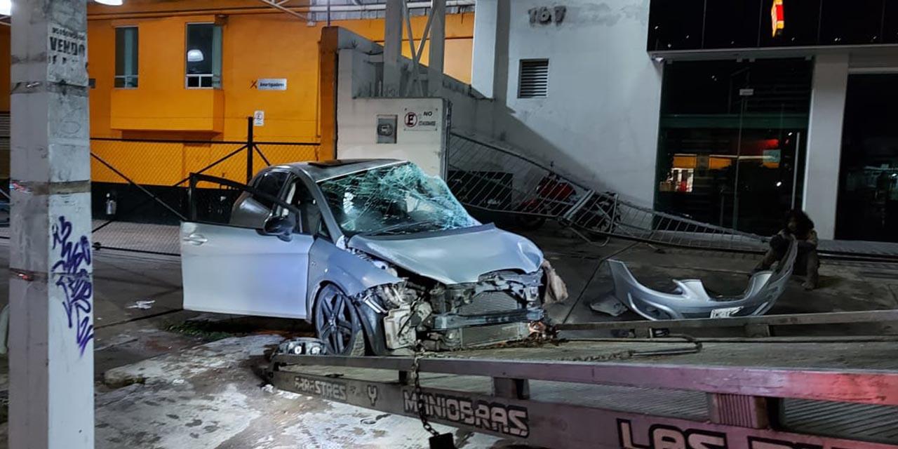 Auto pierde el control y choca contra fachada sobre la carretera Federal 190