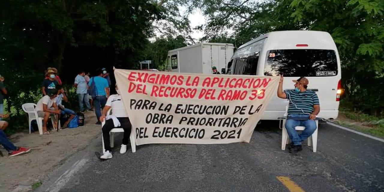 Mantienen bloqueo en la Carretera Federal 200   El Imparcial de Oaxaca