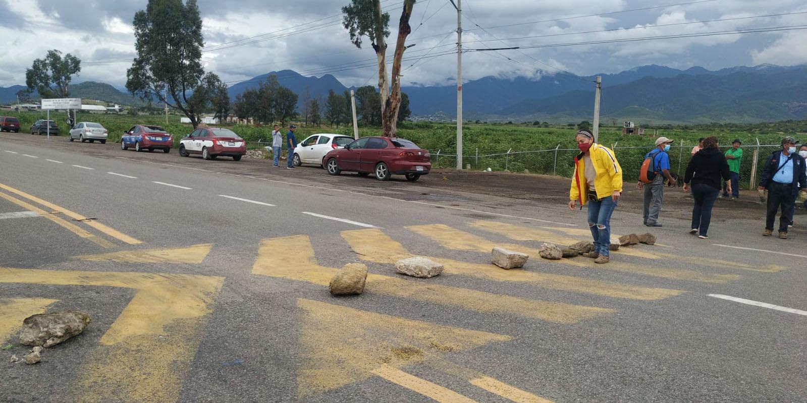 Vecinos del fraccionamiento Rancho Valle de Lago instalan bloqueo indefinido | El Imparcial de Oaxaca