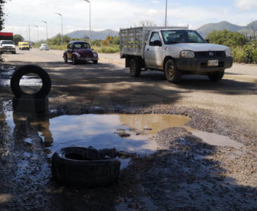 Inundada de baches la avenida Riberas del Río Atoyac