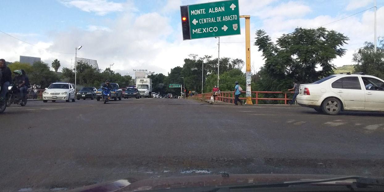 Señalamiento vial apunto de caer | El Imparcial de Oaxaca