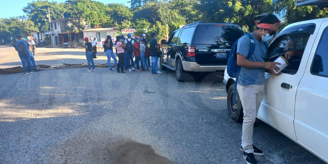 Estudiantes normalistas realizan 'boteo' en Pinotepa Nacional