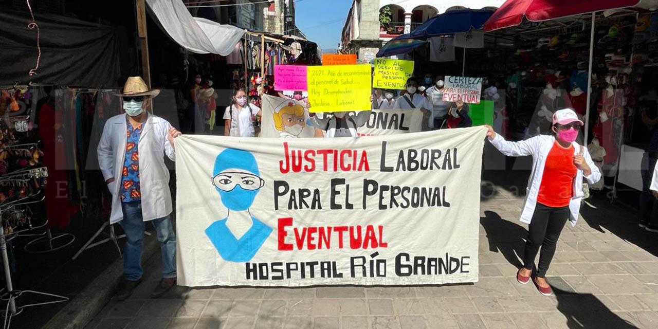 Marchan extrabajadores eventuales; piden su reincorporación | El Imparcial de Oaxaca