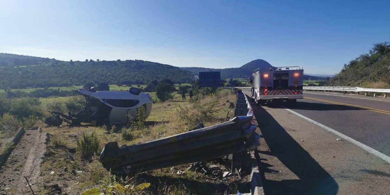 Vuelca auto en la súpercarretera; reportan una persona sin vida | El Imparcial de Oaxaca