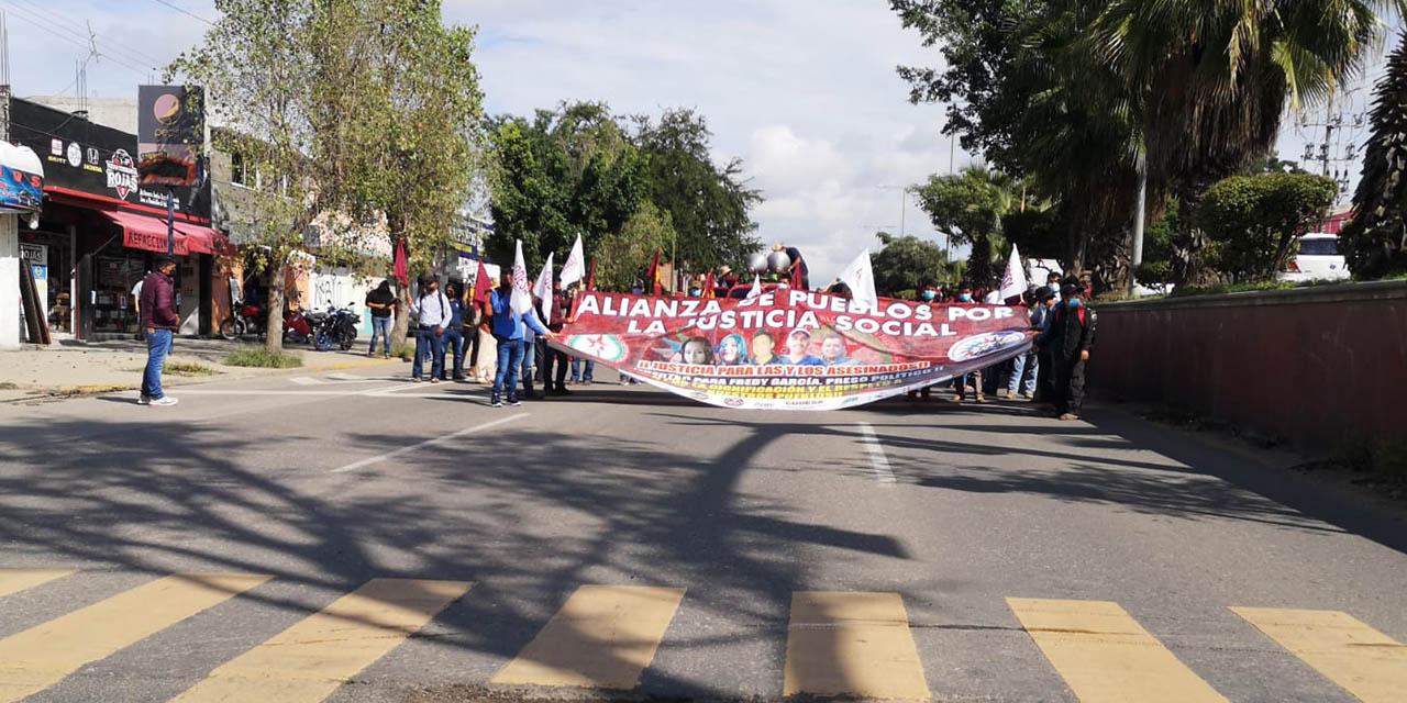 Marchan integrantes de la Asamblea de Pueblos en Defensa del Territorio | El Imparcial de Oaxaca