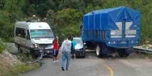 Colisionan urbany auto particular sobre la carretera federal 175   El Imparcial de Oaxaca