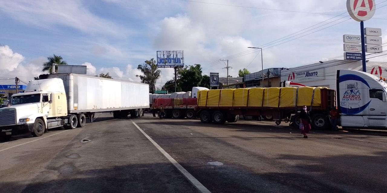 Mantienen bloqueo en el crucero del Aeropuerto: Ex trabajadores del Sector Salud | El Imparcial de Oaxaca