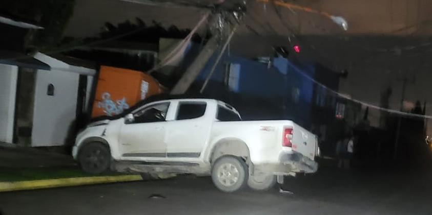 Conductor deja sin luz a vecinos de San Felipe al estrella su camioneta contra poste   El Imparcial de Oaxaca