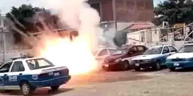Explosión de pirotecnia destroza taxi en el último adiós de transportista | El Imparcial de Oaxaca