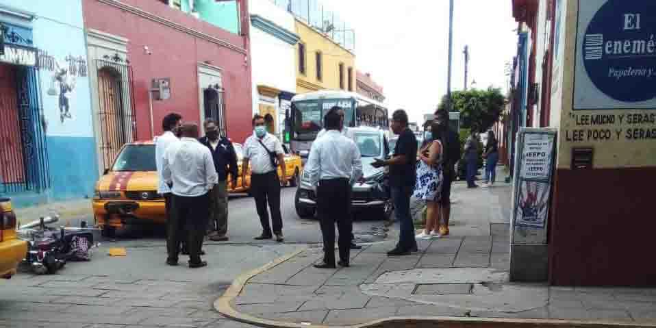 Imprudente taxista arrolla a motociclista en céntricas calles de Oaxaca | El Imparcial de Oaxaca