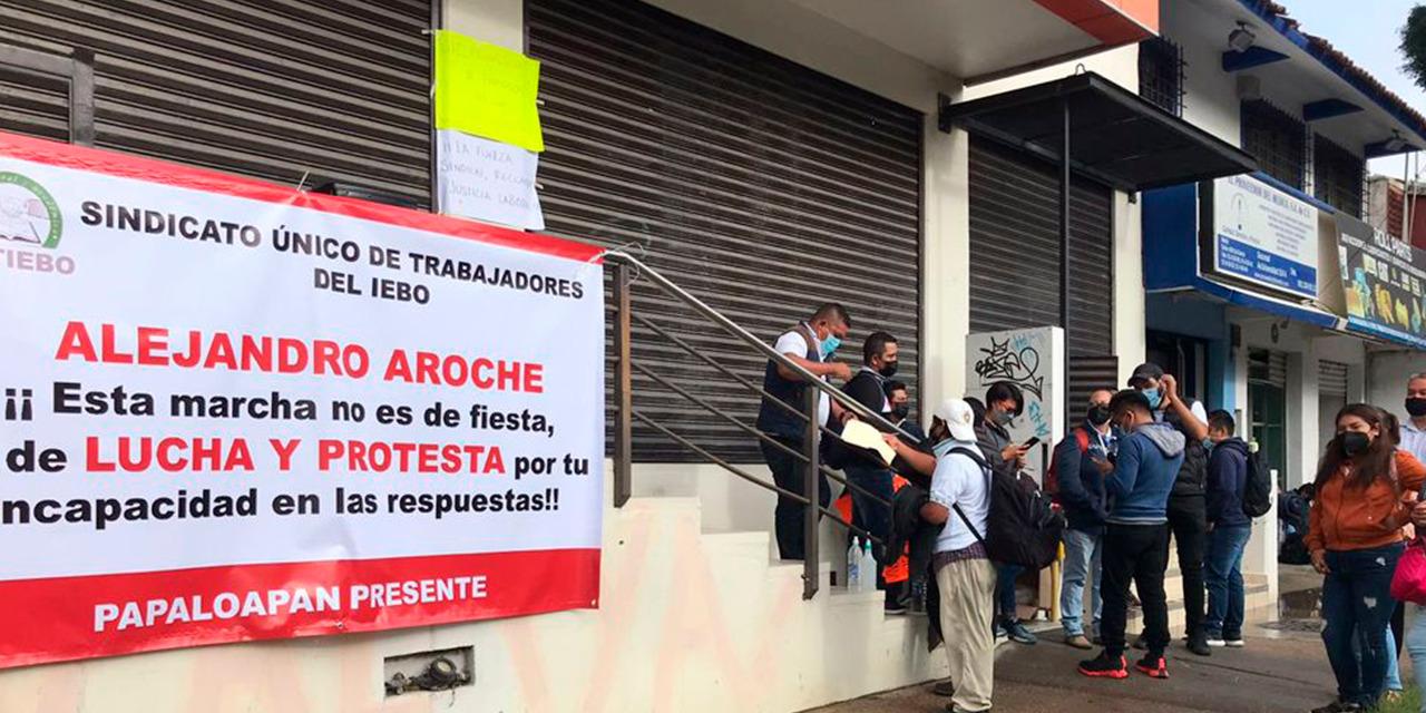 Bloquean Av. Universidad sindicalizados del Iebo | El Imparcial de Oaxaca