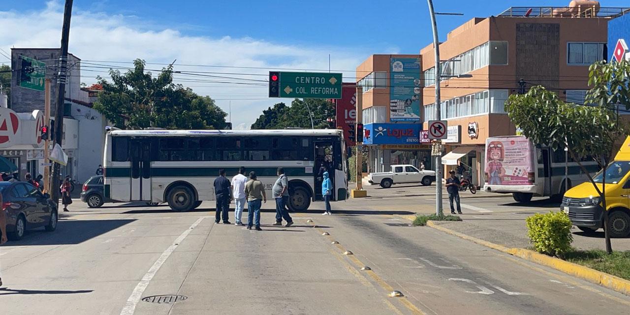 Bloquean trabajadores sindicalizados del sector Salud | El Imparcial de Oaxaca
