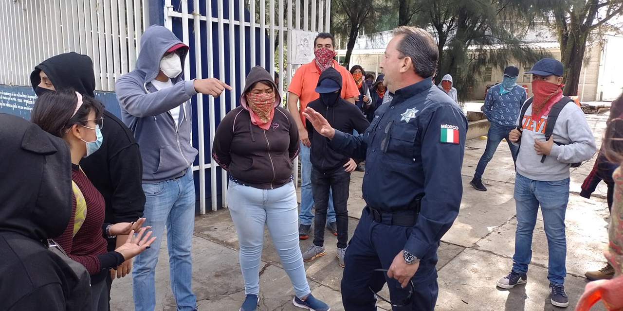 Frena policía toma de urbanos por normalistas | El Imparcial de Oaxaca