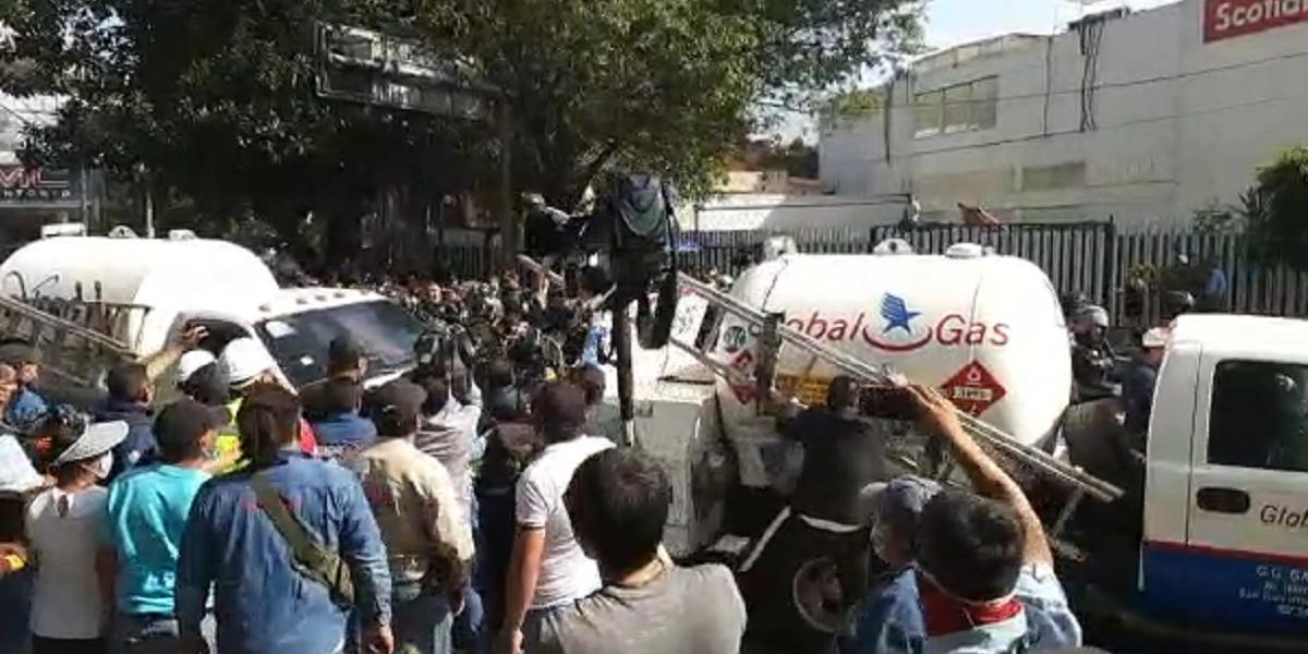 Gaseros cierran la circulación en Insurgentes y Eje 5 Sur; reportan enfrentamientos   El Imparcial de Oaxaca