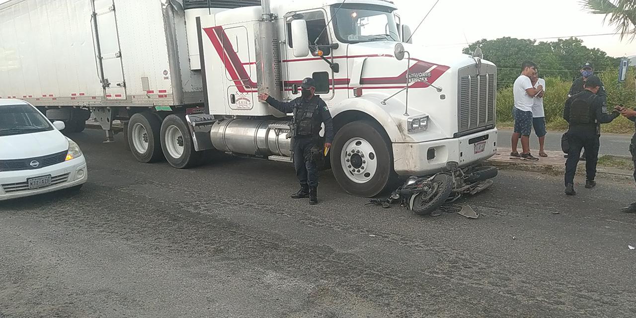Motociclista se salva de morir aplastado en Salina Cruz   El Imparcial de Oaxaca