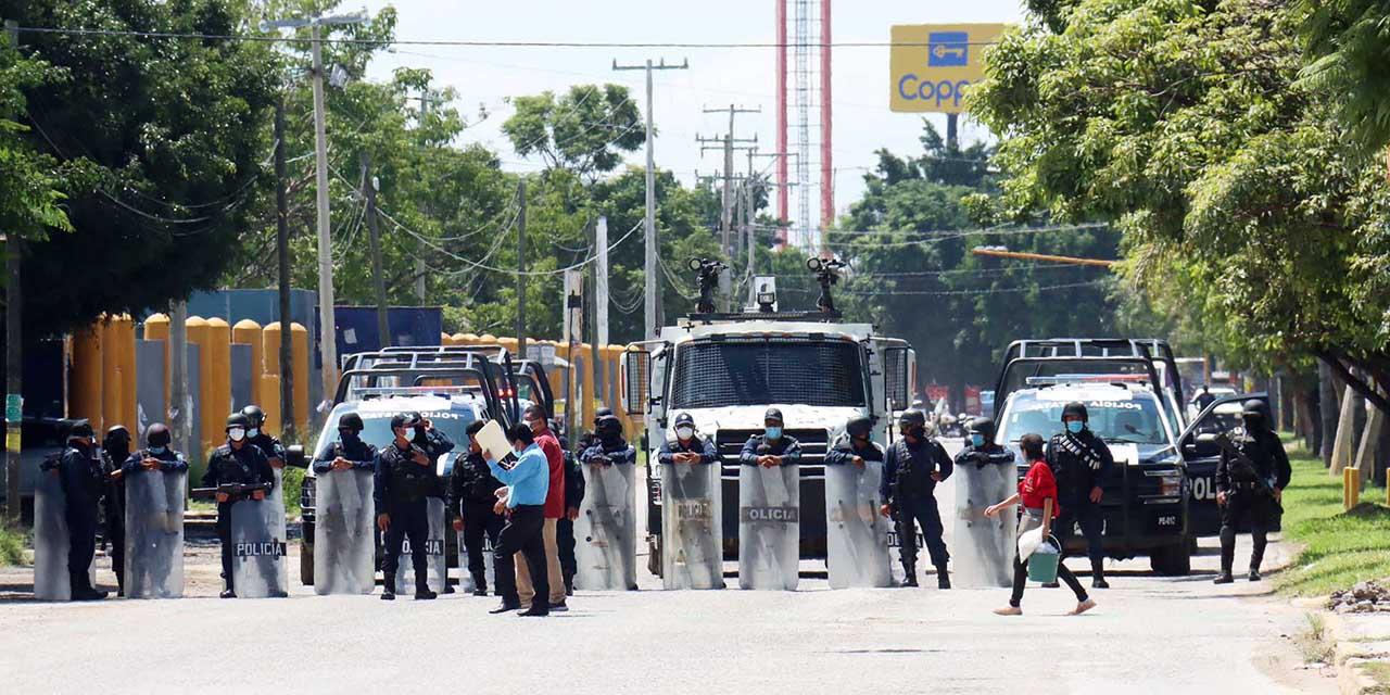 Policía Estatal frena a normalistas y retira bloqueo de CU | El Imparcial de Oaxaca