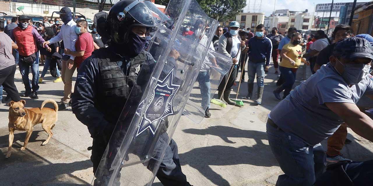 Parqueo en la Central enfrenta a comerciantes y policías | El Imparcial de Oaxaca