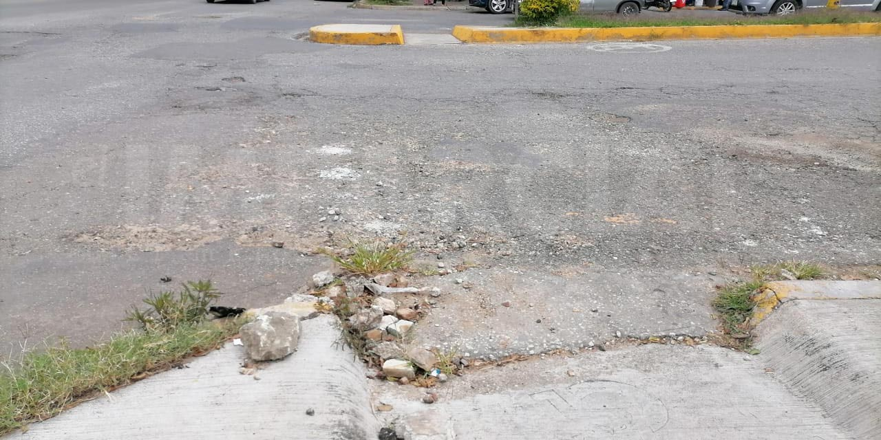 Baches y socavón dificultan paso en avenida Fuerza Aérea Mexicana