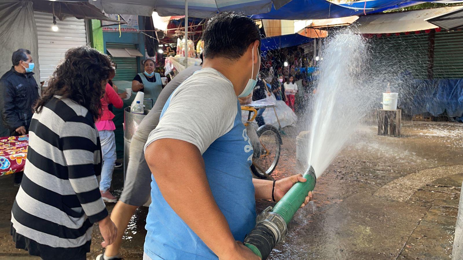 Ponen el ejemplo, comerciantes realizan limpieza en la Central de Abasto