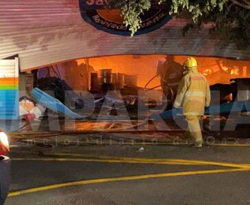 Relevo de bomberos van por la fase final en incendio de bodega de pinturas