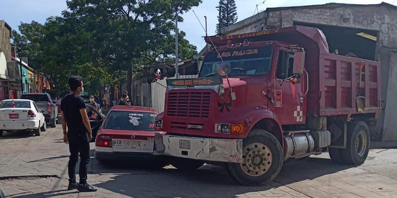 Camión arrastra taxi foráneo   El Imparcial de Oaxaca