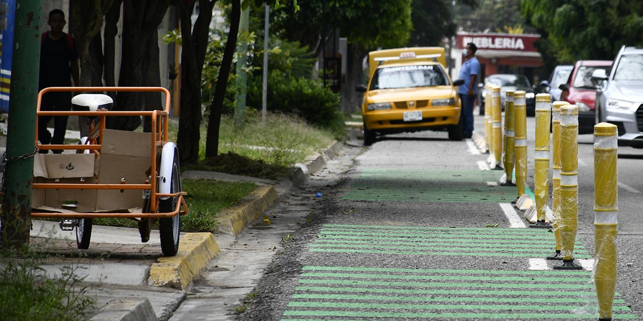 Bici ruta, en construcción, pero ya invadida por taxis   El Imparcial de Oaxaca