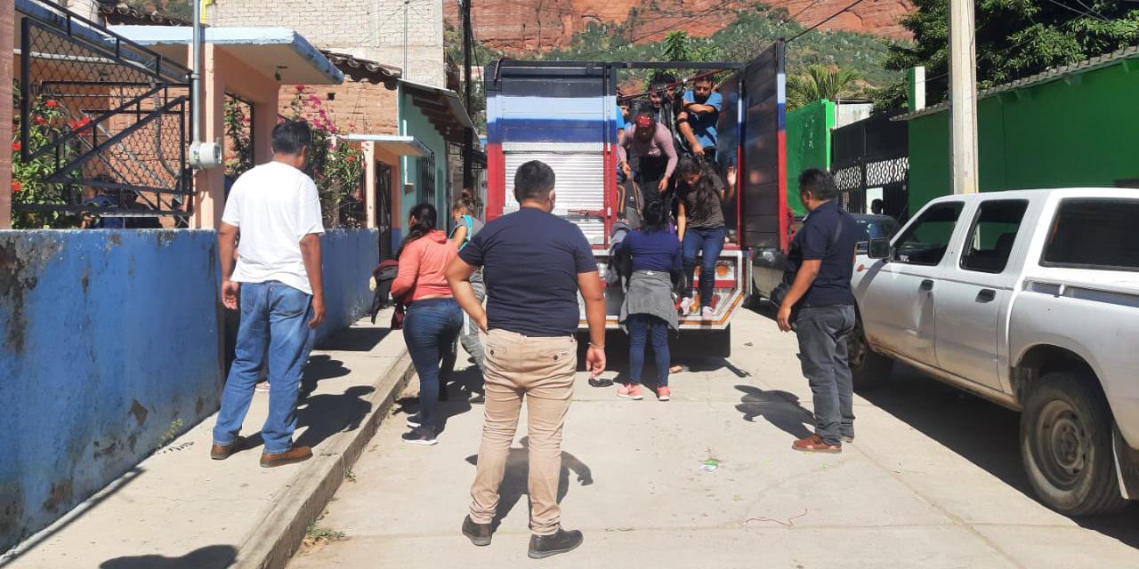 Rescatan a indocumentados en el entronque a Tomelín   El Imparcial de Oaxaca