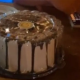Mesero ofrece guardar pastel en el refrigerador para después cobrar 100 pesos a comensales